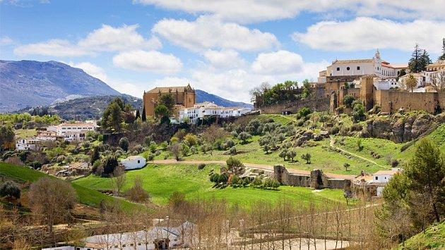 Historická část Ronda umístěná v krásné přírodě je jasným vysvětlením, proč se pouze pětatřicetitisícové město nachází v cestovních průvodcích.
