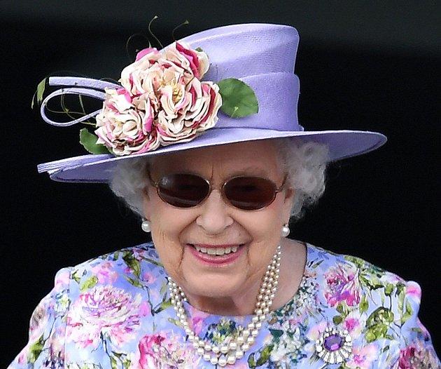 Královna miluje a sbírá brože.