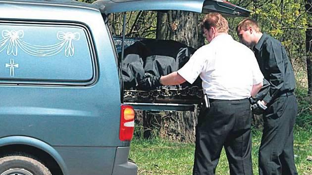 Pracovníci pohřební služby odvážejí tělo mrtvého mladíka.