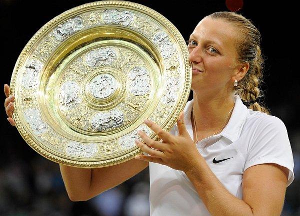 Petra Kvitová líbala talíř pro vítězku Wimbledonu podruhé po třech letech.
