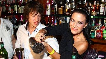 Gábina před pár dny otevírala letní sezónu v baru Zlatý strom a vypadala jako vyměněná. Blížící se rozvod jí zřejmě prospívá. Společnost jí dělal český Belmondo, herec Martin Kraus.
