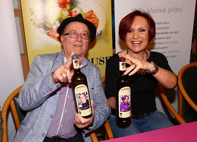 Petr Janda a Petra Janů předvedli svá vína.