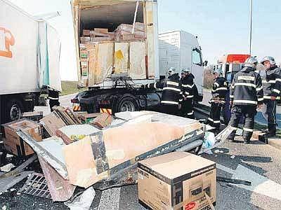 Z kamionů se vysypaly televize, hasiči museli likvidovat vyteklou naftu.
