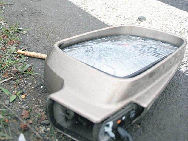 Po nehodě na místě zůstalo pouze zrcátko.