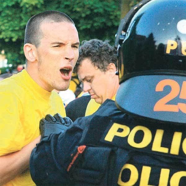 Na policistu si dnes otevře ústa skoro každý a je přitom zcela jedno, jestli jde o těžkooděnce nebo dopravní hlídku.