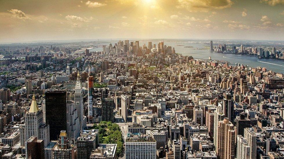 Pohled na mrakodrapy na Manhattanu z Empire State Building. Už jen snímek je dechberoucí, naživo z výšky 350 metrů se pak člověku rozbuší srdce…