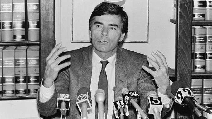 Philip Agee odcestoval po odchodu z CIA do Londýna, kde v roce 1975 vydal šokující knihu nazvanou Deník CIA. Na 640 stranách do detailu odhalil temné praktiky tajné služby.