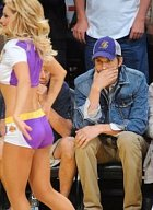 I Ashton Kutcher se rád podívá.