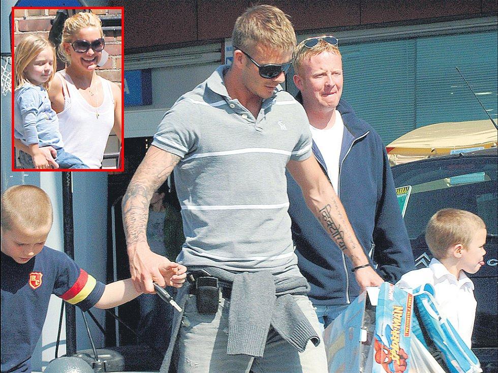Kate Hudson se svým synkem Ryderem (ve výřezu). David Beckham se syny Brooklynem a Romeem.