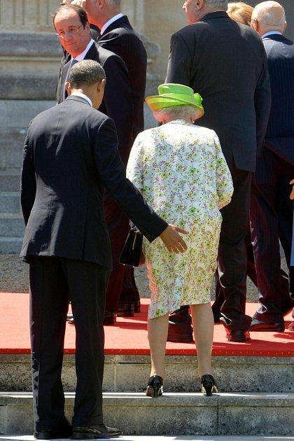 Prezident Obama jistil královnu Alžbětu druhou trochu nešikovně