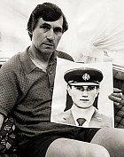 Frederickův otec ukazuje fotku pohřešovaného syna.