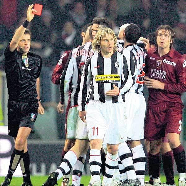 Nedvěd (11) to zase přehnal a po tahání soupeře za vlasy vyfasoval červenou kartu.