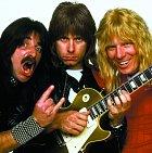 Fiktivní rocková skupina Spinal Tap. Michael je vpravo.