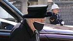 Královna Alžběta rozhodla, že princ Harry a princ William, nepůjdou v průvodu vedle sebe.