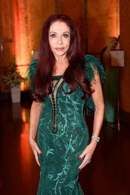 Její šaty milují hlavně arabské princezny.