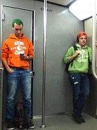 Stejná značka oblečení, ladící barvy. To přece nemůže být náhoda!
