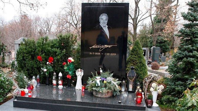 Fanoušci mohou zavzpomínat na nedožité 82. narozeniny Karla Gotta u jeho hrobu na pražských Malvazinkách.