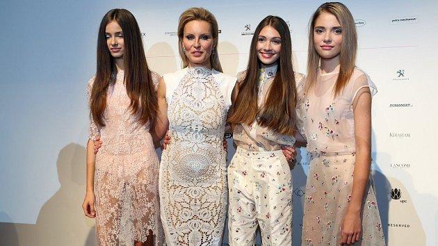 Modelka Simona Krainová navzdory svému věku mezi mladičké modelky skvěle zapadla.