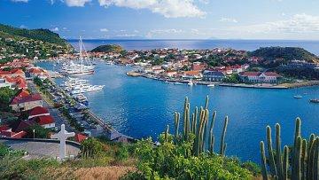 Přístav v hlavním městě Gustavia má milionářský nádech.