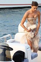 Tady si ještě Irina Shayk svůj klín hlídala a šaty nařasila...