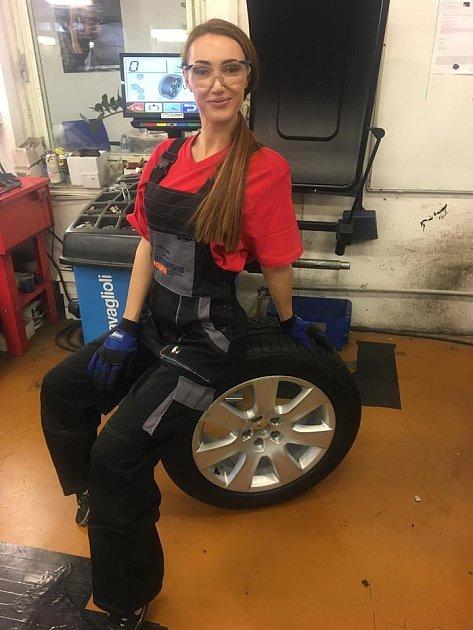 Táňa by jako automechanik obstála.