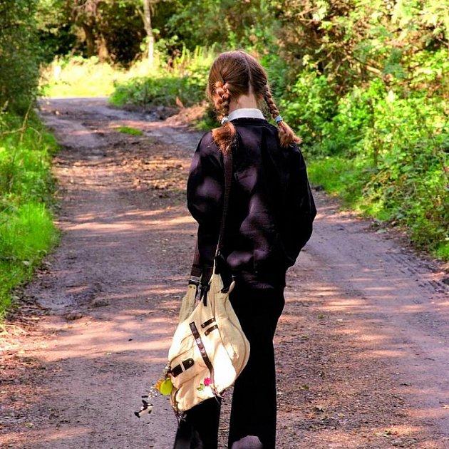 Opuštěná dívka na opuštěné cestě, ideální terč pro pedofila. Může pomoci moderní technologie?