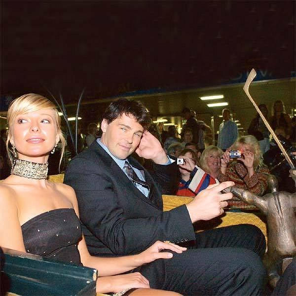 Inna, Jaromír a Zlatá hokejka při slavnostní jízdě kočárem. V téhle sestavě se letos ve Varech jistě neukážou.