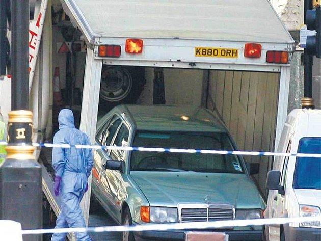 Policejní specialisté nakládají auto, které bylo plné výbušniny.