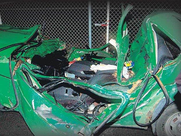 Takhle zdemoloval spadlý strom auto mladíků. Nemohli přežít!