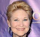 Dee Wallace se vyprofilovala jako herečka z hororů. Od roku 74 se objevovala na plátně a objevuje se doteď. Kromě E.T.ho hrála například v Criters a Cujo. Také proměnila šest nominací na prestižní ceny a kromě herectví také píše knihy.