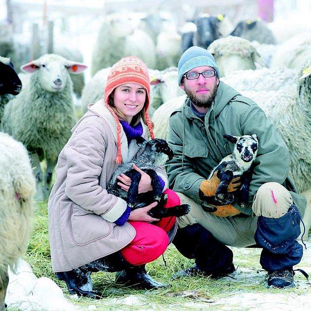 Vojta s Lenkou si jurtu postavili proto, aby byli pořád nablízku svým třiceti ovcím.