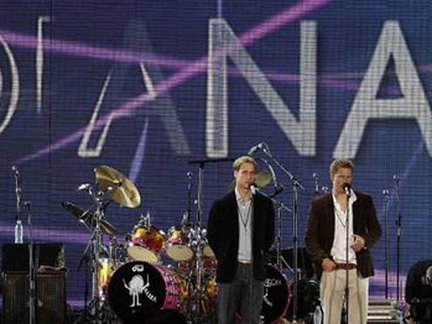 Princové William a Harry zahajují koncert k uctění 10. výročí smrti jejich matky, princezny Diany.