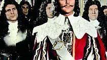 Vefilmu Královské aféry veVersailles (1954) mu slušel iknírek.