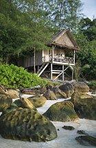 Podobná obydlí na pláži se dají pronajmout.