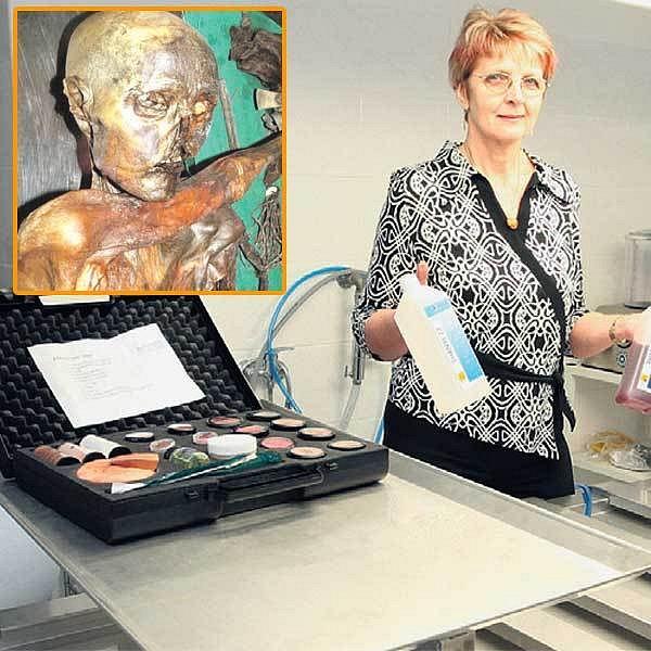Spolumajitelka pohřební služby Milena Rambousková ukazuje pracoviště pro balzamování. Ve výřezu Ötzi, slavná mumie pravěkého lovce.