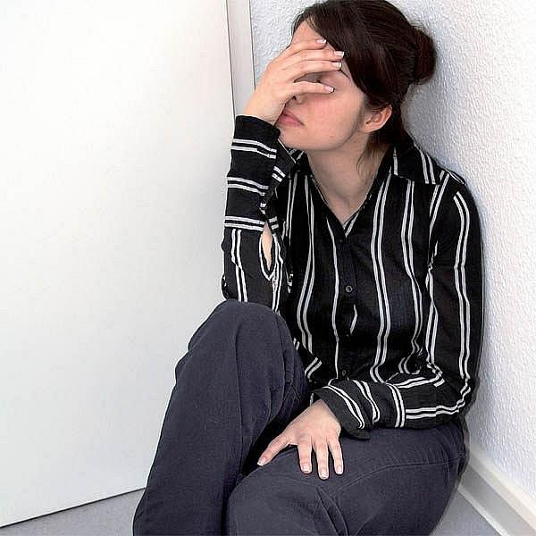 Oběť šikany je v neustálém stresu, rychle ztrácí sebevědomí a její pracovní výsledky jdou rapidně dolů.