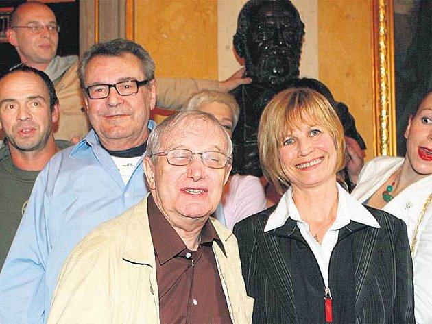 Na tiskové konferenci se sešla řada známých tváří. Nechyběli ani jeden z Formanů, Libor Pešek, Jiří Suchý a Jitka Molavcová.