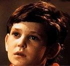 Elliott je nejdůležitější postava celého filmu, malý chlapec, který mimozemšťana objeví a přivede do svého domova. Také mu ukazuje veškeré výdobytky naší civilizace.