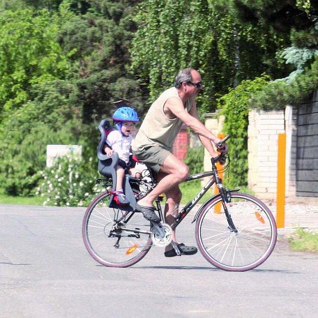 Teplé dny si herec užívá na výletech na kole s vnoučkem Matoušem.