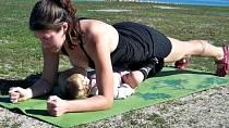 Ještě deset minut a maminka bude mít bříško jako cvičitelky z televize. A jen pár týdnů po porodu!