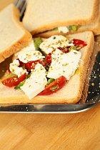 Kombinace rajčete, fety, avokáda a oregana zcela zapadá do středomořské kuchyně.