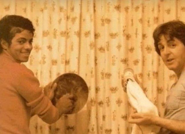 Paul McCartney a Michael Jackson při mytí nádobí. Ano ioni myli nádobí.