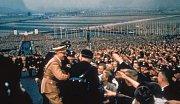 Díkuvzdání v roce 1937 v Buckeburgu. Davy vítají vůdce.