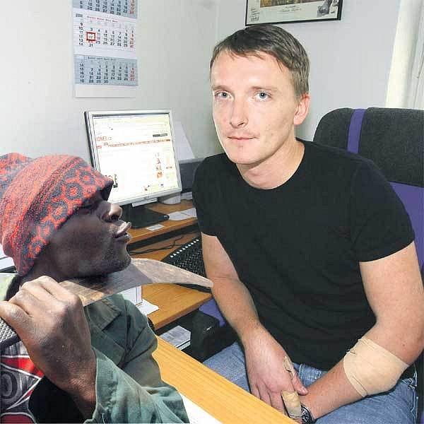 Zraněný český konzul v Ghaně Ondřej Soukup se vrátil domů.