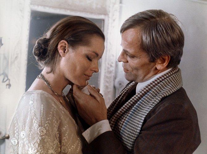 Poboku Romy Schneiderové vromantickém dramatu Důležité je milovat (1975).