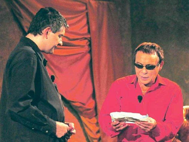 Mareš daroval Saudkovi kpremiéře nové talk show plenky a kondomy.