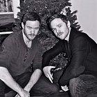 Aaron a Shawn Ashmorovi jsou bráchové, dvojčata, kteří oba velice aktivně hrají ve filmech, avšak každý v jiných. Kdo by znal jen jednoho z nich, snadno ho zamění za druhého a naopak. Zkrátka jako vejce vejci.