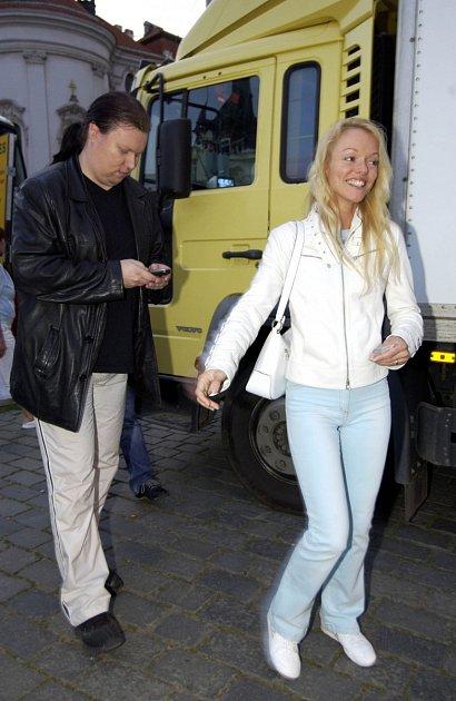 Dominika Gottová už několik měsíců bydlí za Prahou usvé kamarádky Šárky Rezkové. Vbřeznu se ale měla dcera Karla Gotta konečně odstěhovat do vlastního bytu a pomáhala jí shledáním dokonce iIvana Gottová.