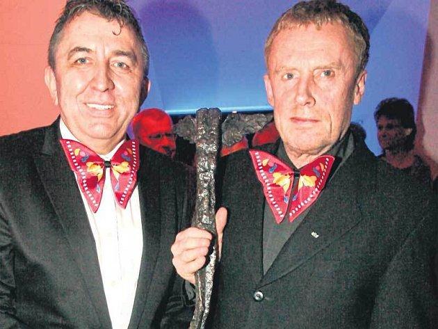 Daniel Olbrychski (vpravo) převzal z rukou Fera Feniče cenu české kritiky Kristián za dlouholetý přínos světové kinematografii.