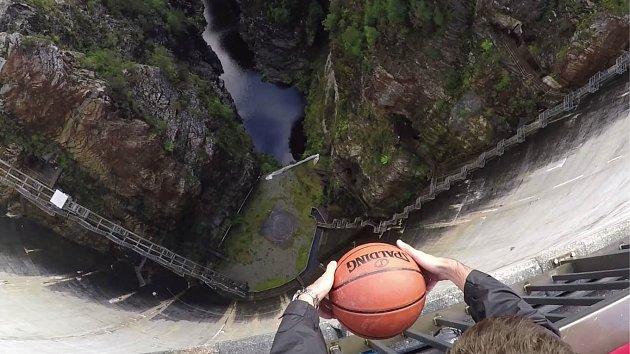 Roztočený míč na basket dokáže hotové zázraky.